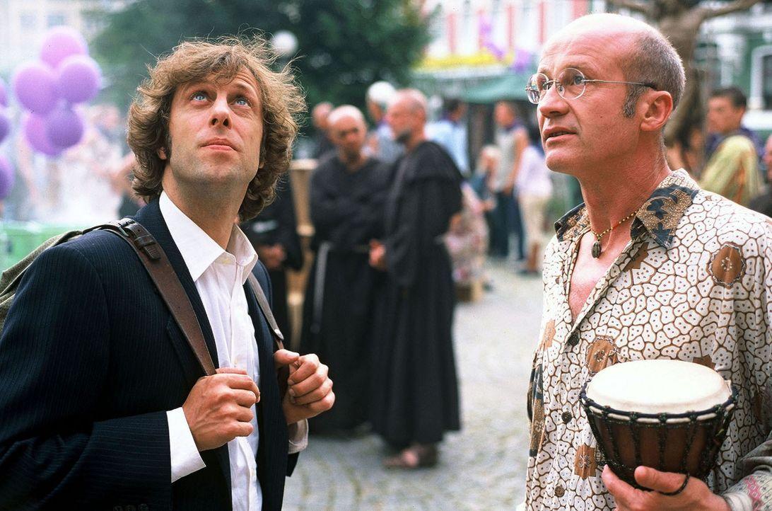 Lorenz (Oliver Korittke, l.) trifft Friedhelm (Christof Wackernagel, r.) auf dem Katholikentag in Hamburg. - Bildquelle: Krumwiede Sat.1