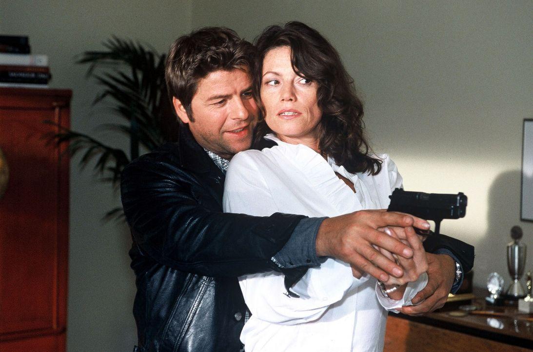 Jupp (Uwe Fellensiek, l.) zeigt Susanne Balthasar (Sabine Vitua, r.), wie man wirklich schießt ... - Bildquelle: Münstermann Sat.1