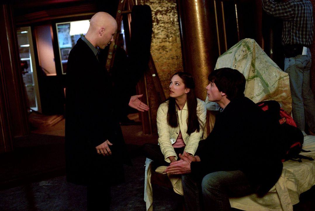Noch ahnen Clark (Tom Welling, r.) und Lana (Kristin Kreuk, M.) nicht, dass ein alter Bekannter von Lex (Michael Rosenbaum, l.) in Smallville für Tu... - Bildquelle: Warner Bros.
