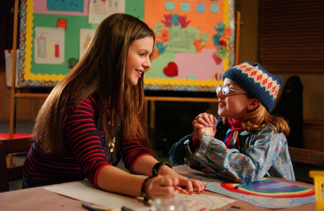 Joan (Amber Tamblyn, l.) führt den Auftrag von Gott aus und übernimmt freiwillig die Kinderbetreuung (Juliette Goglia, r.) in der Schule ... - Bildquelle: Sony Pictures Television