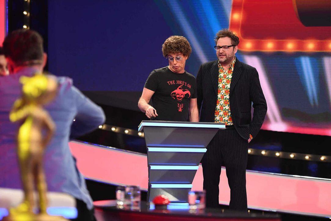 """Atze Schröder (l.) ahnt noch nicht, was bei """"Paul Panzers (r.) Comedy Spieleabend"""" wirklich auf ihn zukommt ... - Bildquelle: Willi Weber SAT.1"""