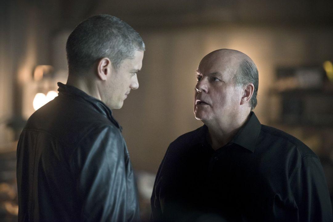Würde Leonard Snart alias Captain Cold (Wentworth Miller, l.) wirklich freiwillig mit seinem Vater Lewis Snart (Michael Ironside, r.) zusammenarbeit... - Bildquelle: 2015 Warner Brothers.