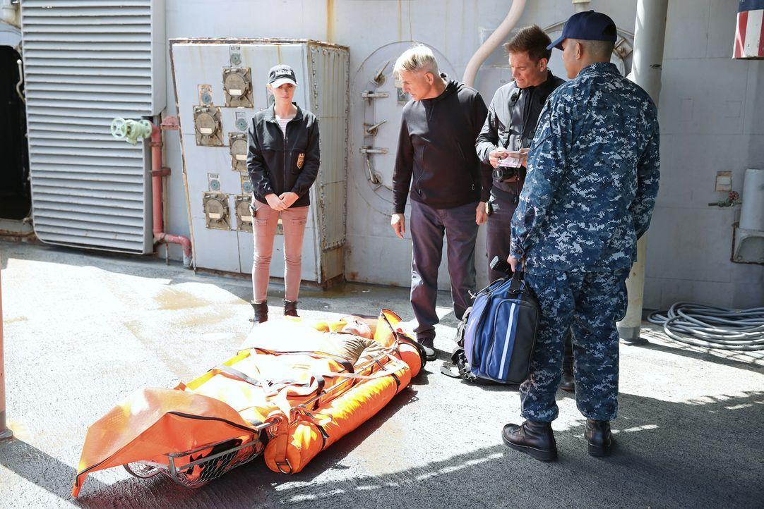 Gibbs (Mark Harmon, 2.v.l.) hat während eines Übungsmanövers einen Toten im Wasser entdeckt. Es stellt sich heraus, dass er zur Crew einer Fregatte... - Bildquelle: Adam Taylor 2014 CBS Broadcasting, Inc. All Rights Reserved