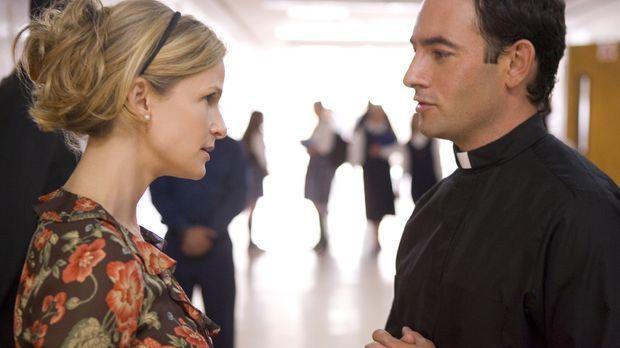 Brenda (Kyra Sedgwick, l.) erhofft sich wichtige Hinweise von Pater Watson (C...