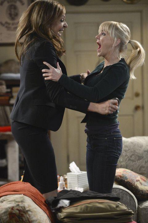 Haben einen Grund zu feiern: Christy (Anna Faris, r.) und Bonnie (Allison Janney, l.) ... - Bildquelle: Warner Bros. Television