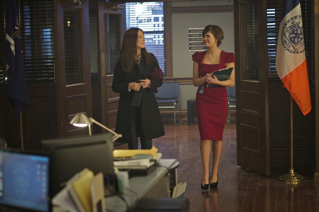 Heather (Nicole Gale Anderson, r.) berichtet ihrer Schwester Cat (Kristin Kreuk, l.) von ihrer Begegnung mit Joes jüngerem Bruder ... - Bildquelle: 2013 The CW Network. All Rights Reserved.