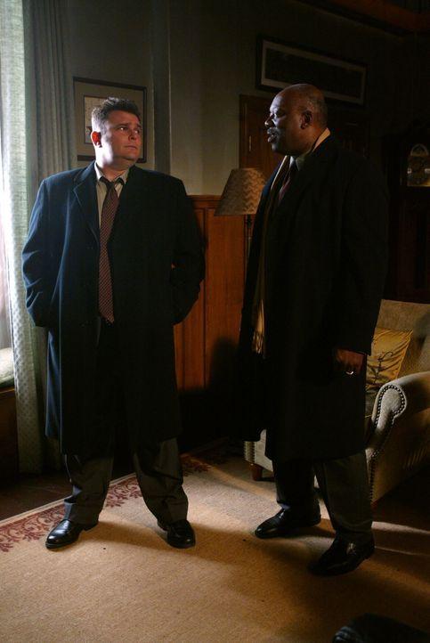 Ein bisher ungeklärter Mordfall aus dem Jahre 1939 bereitet Det. Nick Vera (Jeremy Ratchford, l.) und Det. Will Jeffries (Thom Barry, r.) Kopfzerbre... - Bildquelle: Warner Bros. Television