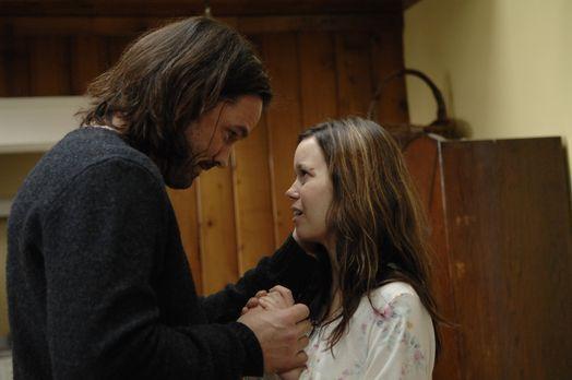 Tess (Summer Glau, r.) erzählt Jordan (Bill Campbell, l.), dass sie ständig M...