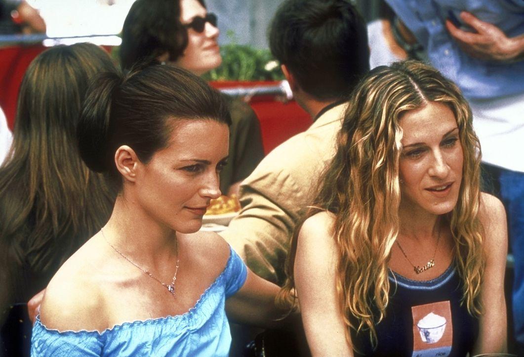Charlotte (Kristin Davis, l.) und Carrie (Jessica Sarah Parker, r.) trauen ihren Ohren nicht: Samantha trifft sich mit einem Mann um die Siebzig. - Bildquelle: 2001 Paramount Pictures