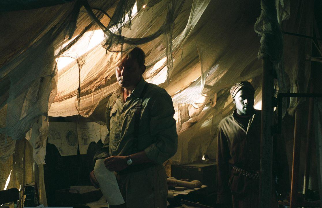 Merrin (Stellan Skarsgård) findet Notizen und Zeichnungen des Dämons Pazuzu, die vom ehemaligen, dem Wahnsinn verfallenen Ausgrabungsleiter Bession... - Bildquelle: Warner Brothers