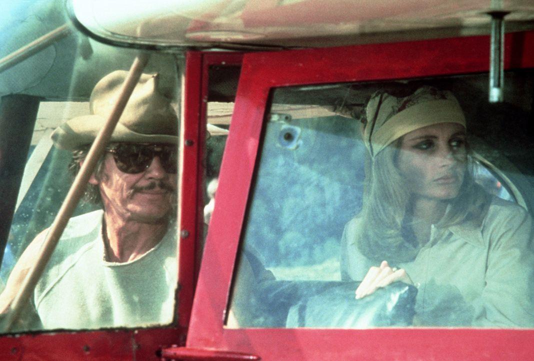 Zusammen mit dem Abenteurer Nick (Charles Bronson, r.) macht sich Ann (Jill Ireland, r.) auf den Weg, ihren Mann Jay aus dem Gefängnis herauszuholen. - Bildquelle: 1975 Columbia Pictures Industries, Inc. All Rights Reserved.