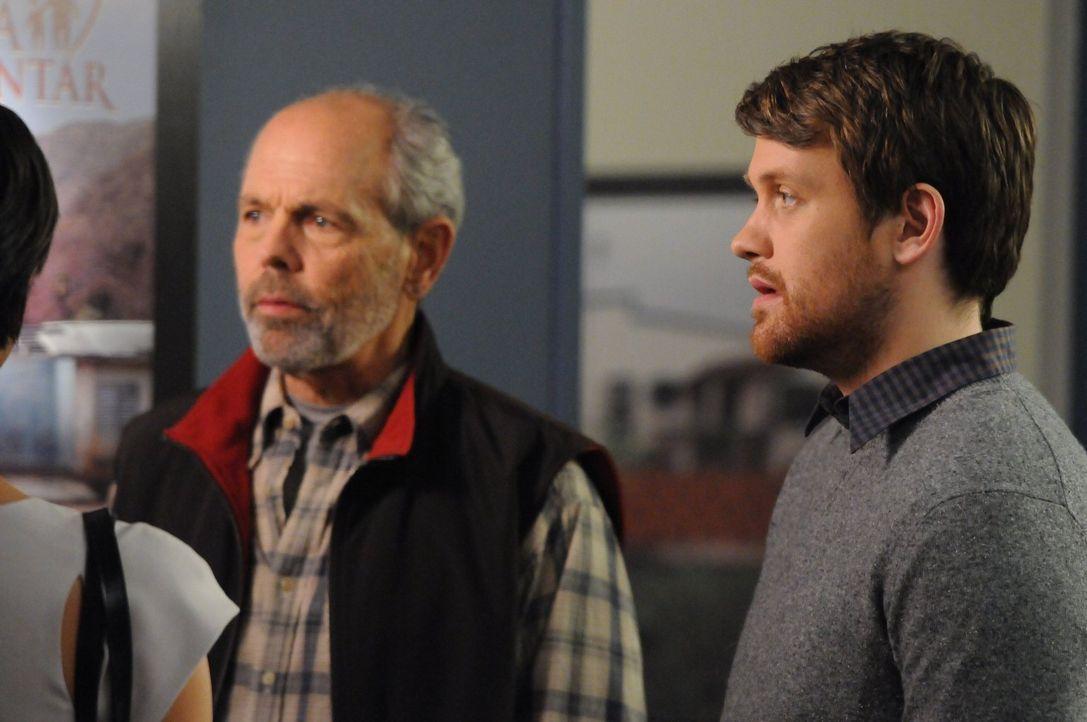Haben Greg Relin (Joe Spano, l.) und Evan Kress (Michael Arden, r.) etwas mit dem Mord an Natalie Gibecki zu tun? - Bildquelle: Warner Bros. Television