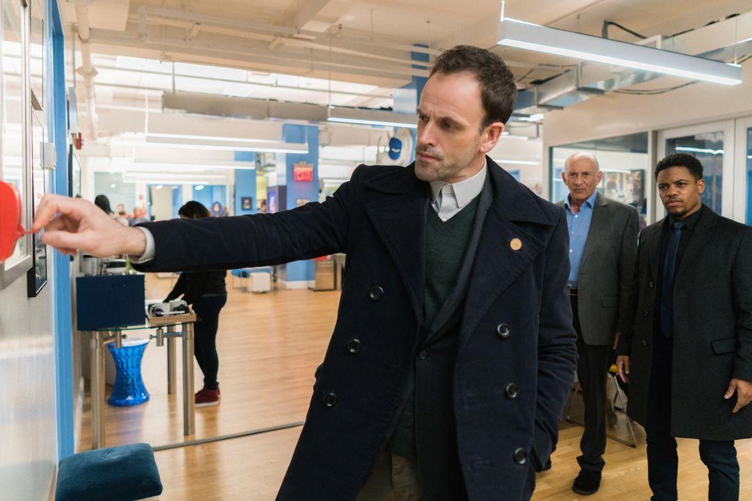 Holmes (Jonny Lee Miller, vorne) und Detective Bell (Jon Michael Hill, r.) untersuchen den Mord an einem als Comicheld maskierten Unbekannten. Von E... - Bildquelle: Michael Parmelee 2016 CBS Broadcasting Inc. All Rights Reserved.