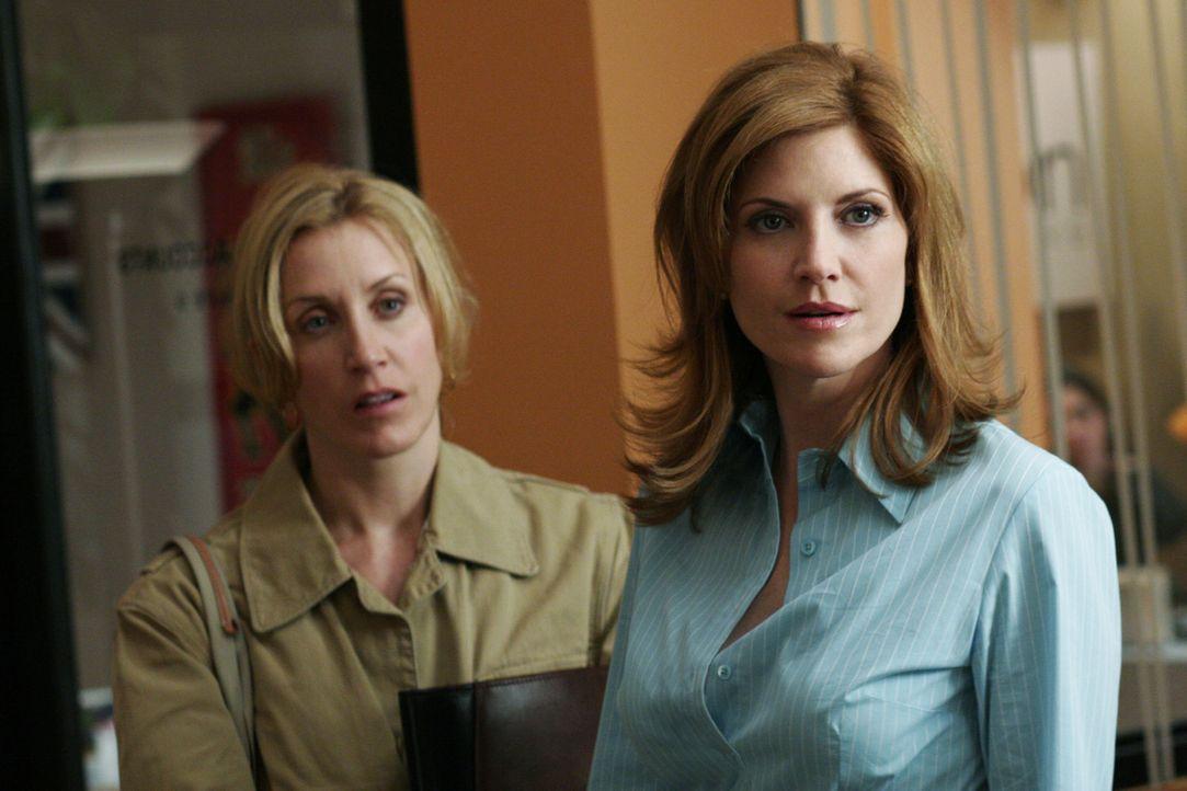 Tom arbeitet wieder mit seiner alten Flamme Annabel (Melinda McGraw, r.) zusammen und Lynette (Felicity Huffman, l.) befürchtet, er könnte erneut sc... - Bildquelle: Touchstone Television