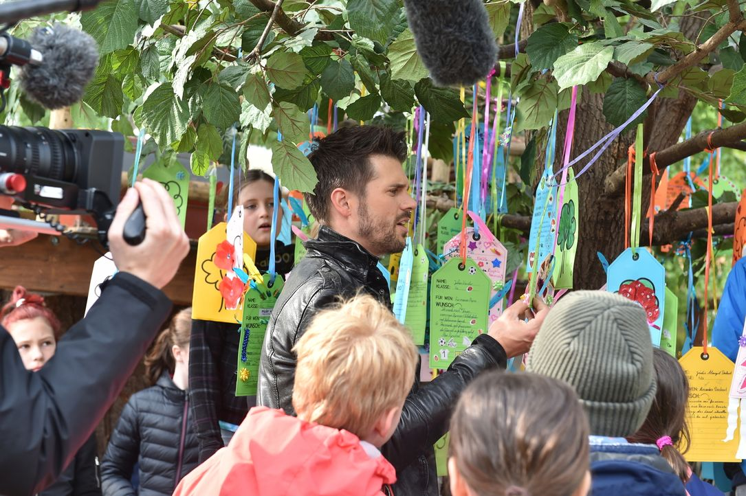 Thore Schölermann (M.) ist gespannt, was für Wünsche die Kinder haben und wie sie ihren Liebsten eine Freude machen wollen ... - Bildquelle: Andre Kowalski SAT.1