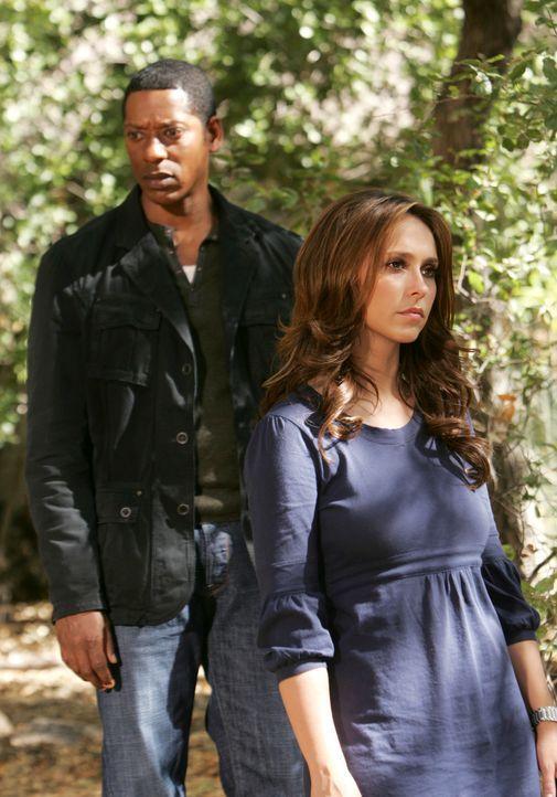 Casey (Orlando Jones, l.) muss sich eingestehen, dass er nicht mit Geistern kommunizieren kann. Melinda (Jennifer Love Hewitt, r.) macht ihm ein Ang... - Bildquelle: ABC Studios