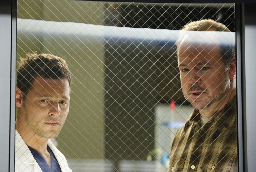 Alex (Justin Chambers, l.) kümmert sich um Howard Bonaman (Rob Nagle, r.), der sich große Sorgen um seine Frau macht, die er versehentlich angeschos... - Bildquelle: ABC Studios