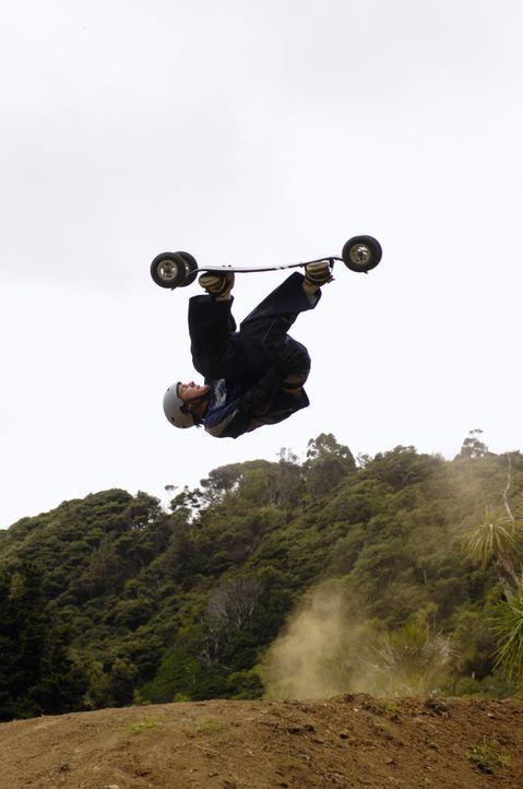 Ist überzeugt, dass er der verrückteste Dirtboardfahrer der Insel ist: Jared (Andrew James Allen) ... - Bildquelle: Disney. All rights reserved