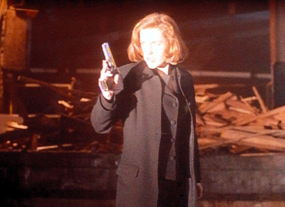 Scully (Gillian Anderson) hat ein Treffen mit einem Außerirdischen arrangiert, als plötzlich ein Kopfgeldjäger auftaucht. - Bildquelle: TM +   Twentieth Century Fox Film Corporation. All Rights Reserved.