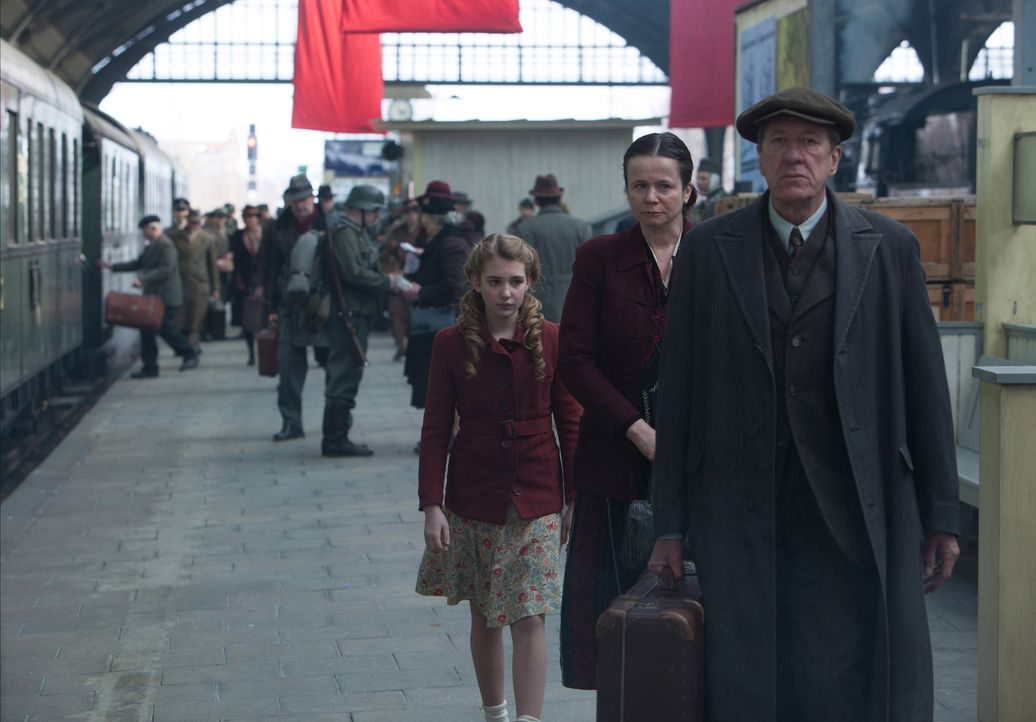 Als ihre Mutter Liesel (Sophie Nélisse, l.) in die Obhut von Rosa (Emily Watson, M.) und Hans Hubermann (Geoffrey Rush, r.) geben muss, beginnt für... - Bildquelle: Jules Heather TM and   2013 Twentieth Century Fox Film Corporation.  All Rights Reserved.