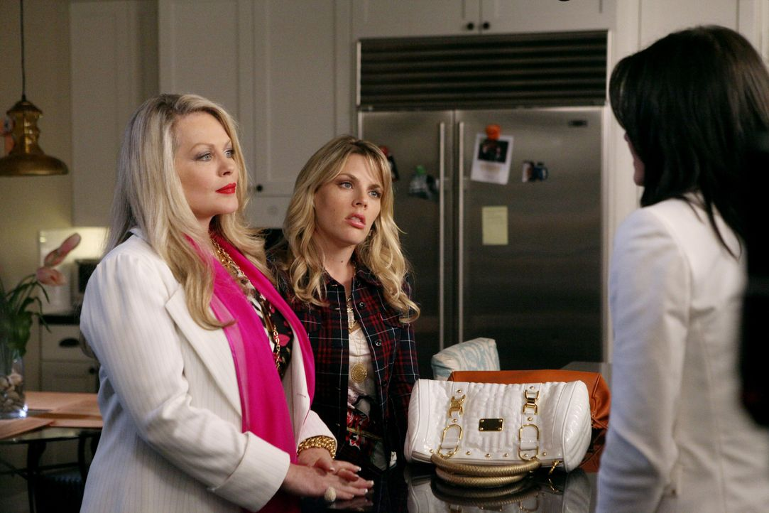 Ist Blut wirklich dicker als Wasser? Lauries Entscheidung wird es zeigen: Sheila (Beverly D'Angelo, l.), Laurie (Busy Philipps, M.) und Jules (Court... - Bildquelle: 2009 ABC INC.