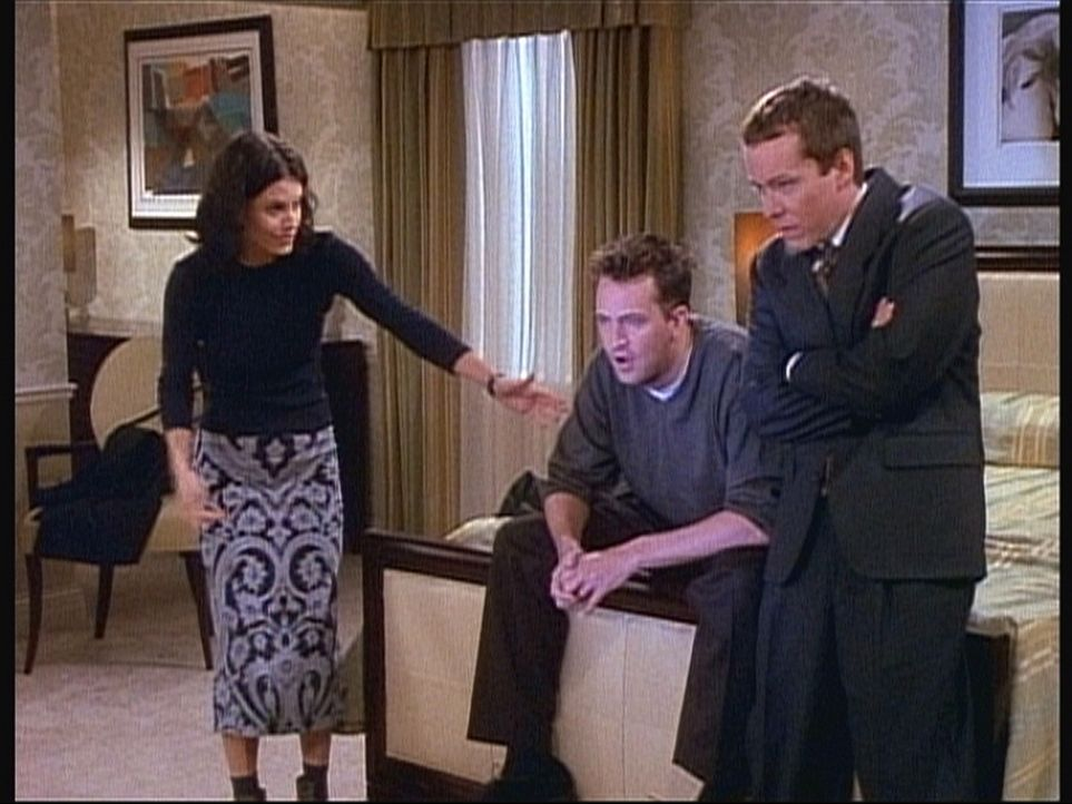 Eigentlich wollen Chandler (Matthew Perry, M.) und Monica (Courteney Cox, l.) ein romantisches Wochenende verbringen, aber Chandler ist vom Fernsehp... - Bildquelle: TM+  2000 WARNER BROS.