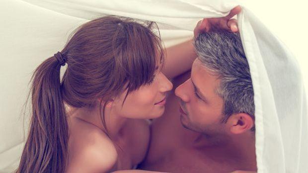 Paar zusammen im Bett