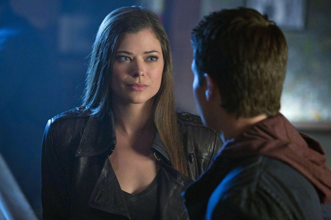Sind Cara (Peyton List, l.) und Stephen (Robbie Amell, r.) wirklich nur Freunde? - Bildquelle: Warner Bros. Entertainment, Inc