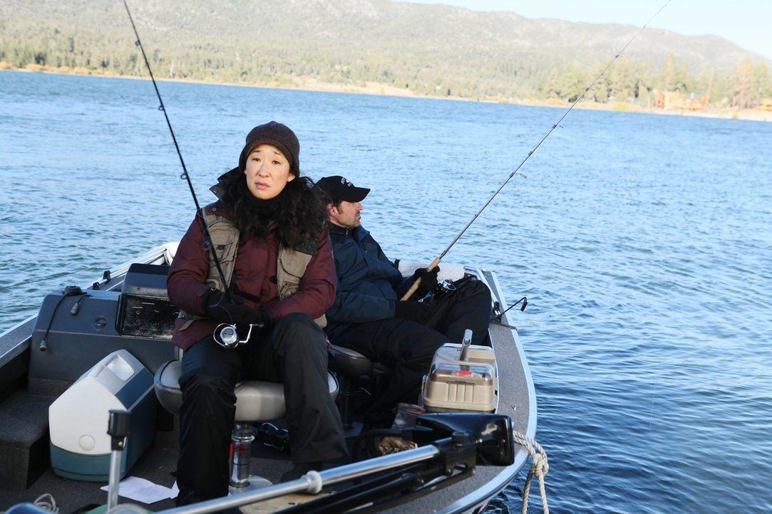 Derek (Patrick Dempsey, r.) und Cristina (Sandra Oh, l.) sitzen stundenlang gemeinsam beim Angeln auf einem Boot. Während Derek einfach nur die Ruhe... - Bildquelle: ABC Studios