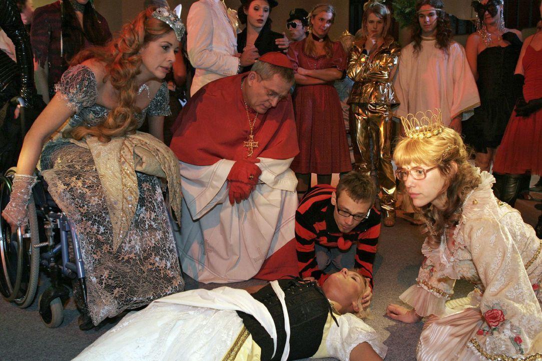 Schockiert über Richards Untat versuchen die Gäste des Kostümballs der am Boden liegenden Sabrina zu helfen ... vorne v.l.n.r.: Laura (Olivia Pas... - Bildquelle: Noreen Flynn Sat.1
