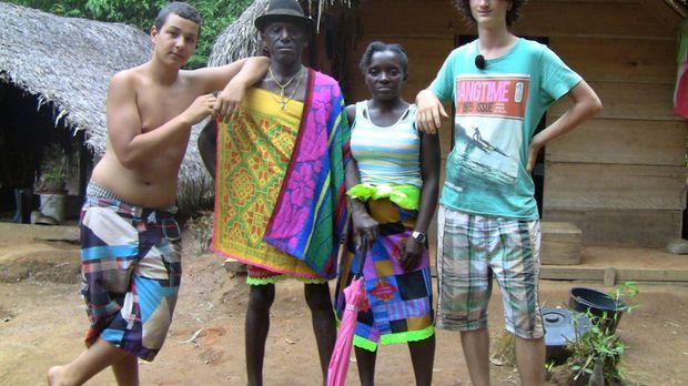 Cihan (l.) und Jonas (r.) mit ihren Gasteltern in Suriname ... © SAT.1