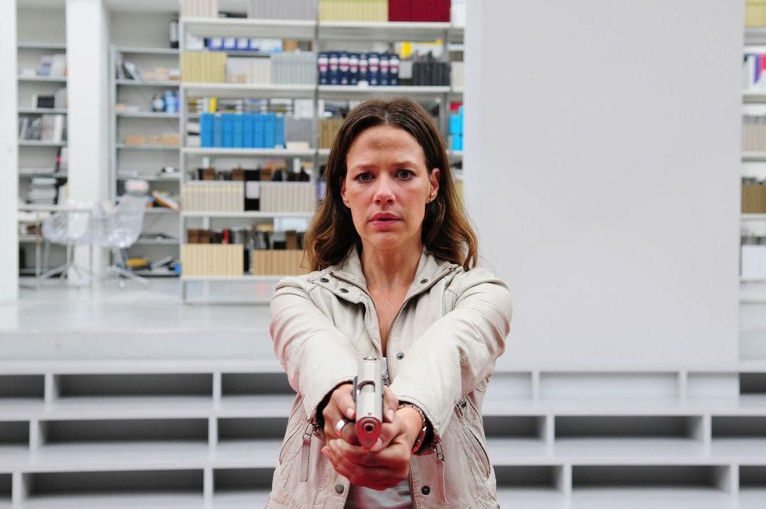 Der Anrufer lockt Anna Winter (Alexandra Neldel) in die Kanzlei des undurchsichtigen Anwalts Philipp Rothkamm, wo bereits die nächste Leiche wartet... - Bildquelle: Christiane Pausch ProSieben