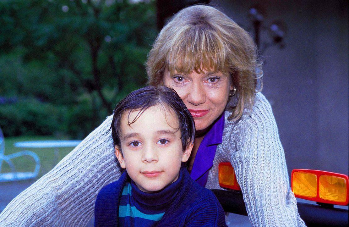 Mit vielen bösartigen Intrigen versucht die egoistische Dorothea Thorwald (Judy Winter, l.), dem kleinen Tobias (Raphael Ghobadloo, r.) den Vater z... - Bildquelle: Horn-Link ProSieben