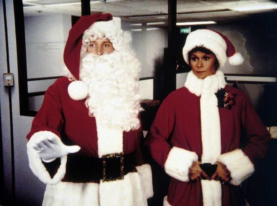 Amanda (Kate Jackson, r.) und Lee (Bruce Boxleitner, l.) tarnen sich als Weihnachtsmänner.