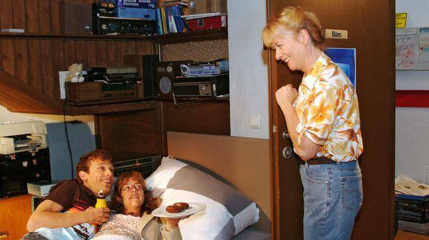 Als Helga (Ulrike Mai, r.) ins Zimmer kommt, ist Lisa (Alexandra Neldel, M.)...