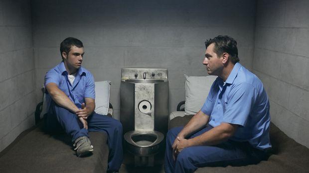 Der wegen eines anderen Delikts inhaftierte Richard Penque (Brad Linton, l.)...