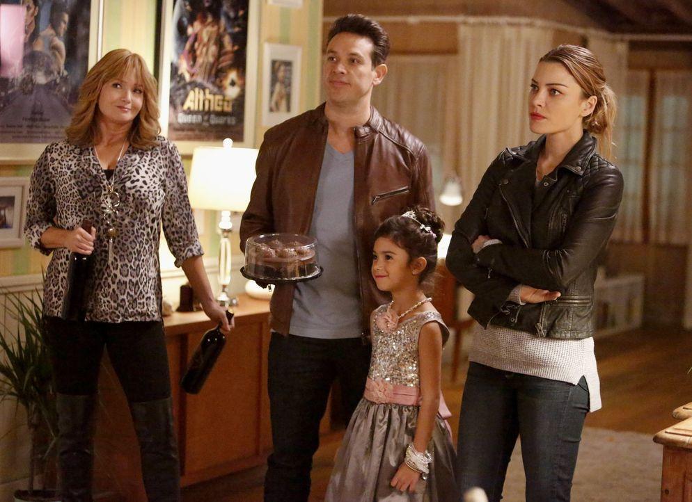 Heiles Familienleben? Chloes Mutter Penelope (Rebecca De Mornay, l.) stattet Dan (Kevin Alejandro, 2.v.l.), Trixie (Scarlett Estevez, 2.v.r.) und ih... - Bildquelle: 2016 Warner Brothers