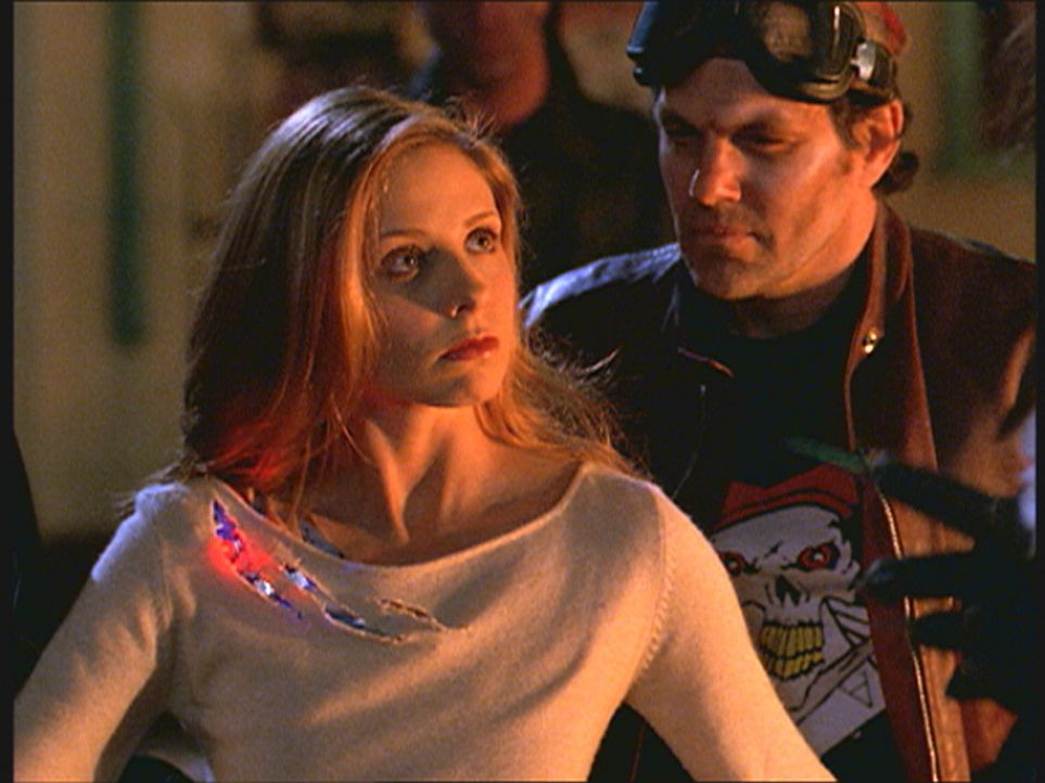 Im Kampf gegen die Dämonen, die Sunnydale zu zerstören versuchen, setzen die Freunde 'Buffy-Bot' (Sarah Michelle Gellar, l.) ein, um den Anschein zu... - Bildquelle: TM +   Twentieth Century Fox Film Corporation. All Rights Reserved.