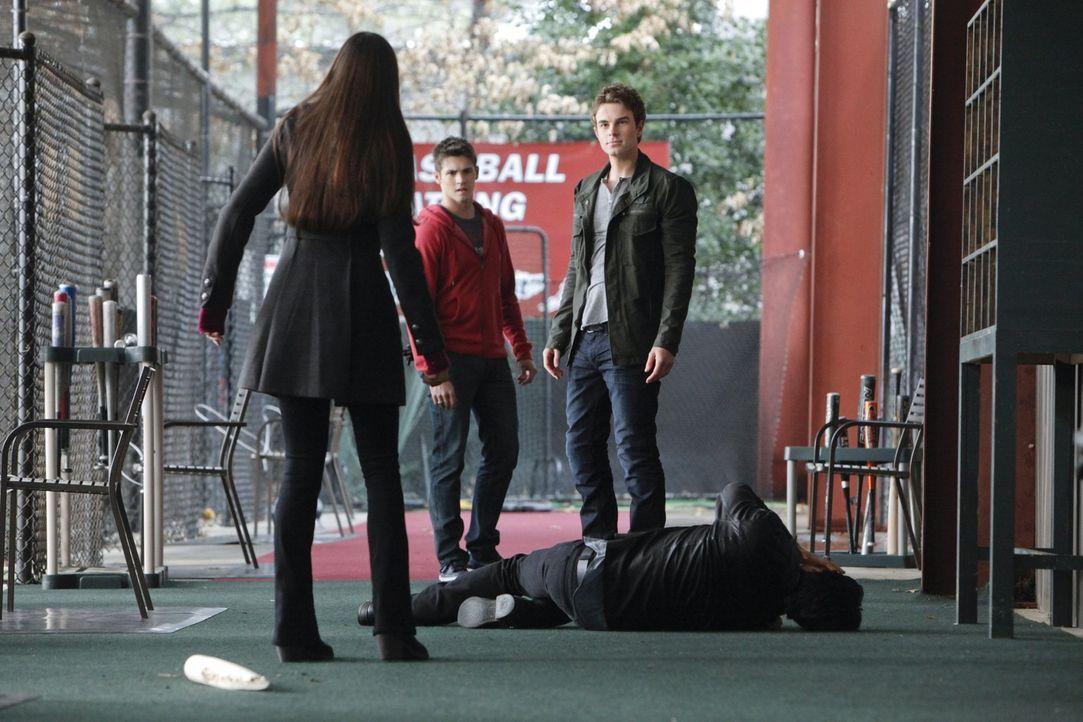 Gerade als Elena (Nina Dobrev, l.) und Damon (Ian Somerhalder, liegend.) Jeremy Gilbert (Steven R. McQueen, 2.v.l.) zum Aufenthaltsort von Roses Gei... - Bildquelle: Warner Brothers