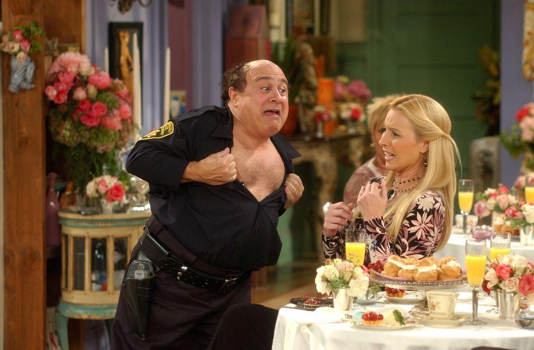 Da Phoebe (Lisa Kudrow, r.) findet, dass der Stripper (Danny DeVito, l.) nicht gut ankommt, gibt sie ihm einen besonderen Rat ... - Bildquelle: 2003 Warner Brothers International Television