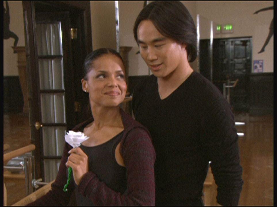 Amanda (Victoria Rowell, l.) hat sich in den chinesischen Tänzer Changteh (Roger Fan, r.) verliebt und ist sogar bereit, diesen zu heiraten, damit e... - Bildquelle: Viacom