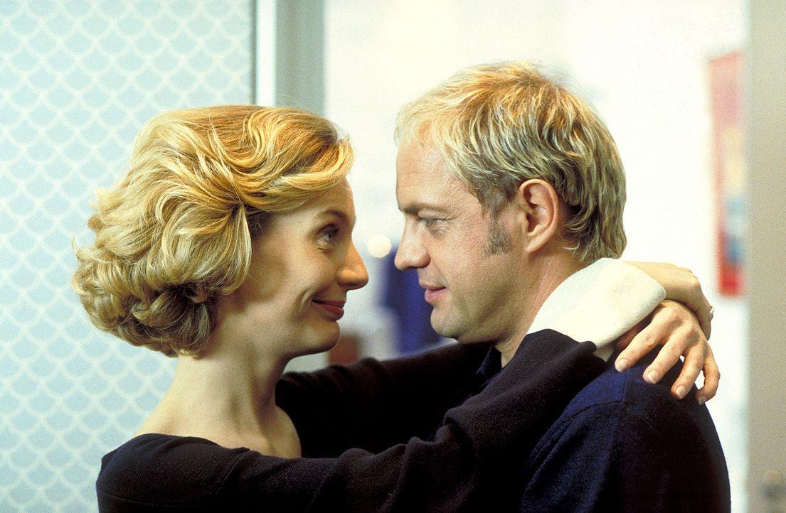 Sabine Jansen (Stella Vordemann, l.) und ihr Mann Hendrik (Uwe Ochsenknecht, r.) führen eine glückliche Ehe. Ihr höchstes Glück wäre nur noch ein ge... - Bildquelle: ProSieben
