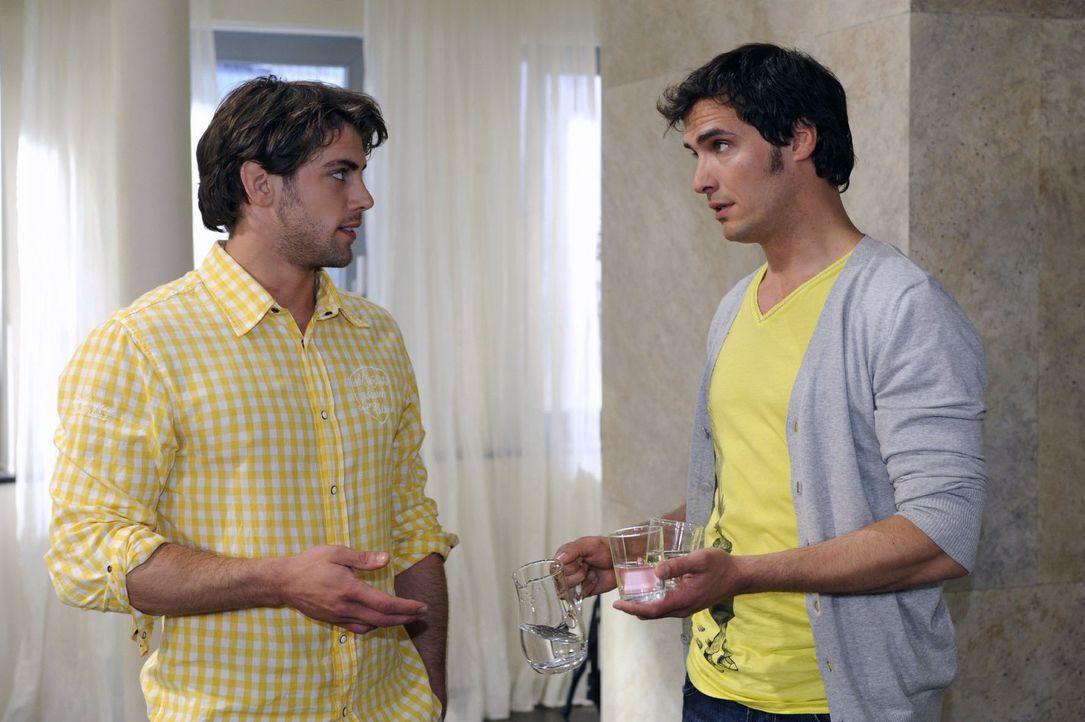 Jonas (Roy Peter Link, l.) gibt gegenüber Alexander (Paul T. Grasshoff, r.) zu, dass ihn Katjas Wesensveränderung nachdenklich macht. - Bildquelle: Sat.1