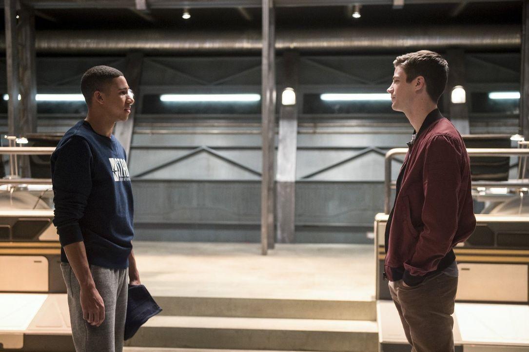 Barry (Grant Gustin, r.) muss sich eingestehen, dass er es wahrscheinlich nie schaffen wird, schnell genug zu sein, um Iris vor Savitar zu retten. D... - Bildquelle: 2016 Warner Bros.