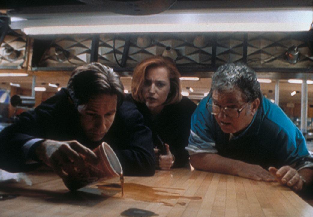 """Mulder (David Duchovny, l.) und Scully (Gillian Anderson, M.) können im  Bohnerwachs der Bowlingbahn die Worte """"Sie ist ich"""" entziffern - genau an d... - Bildquelle: TM +   2000 Twentieth Century Fox Film Corporation. All Rights Reserved."""