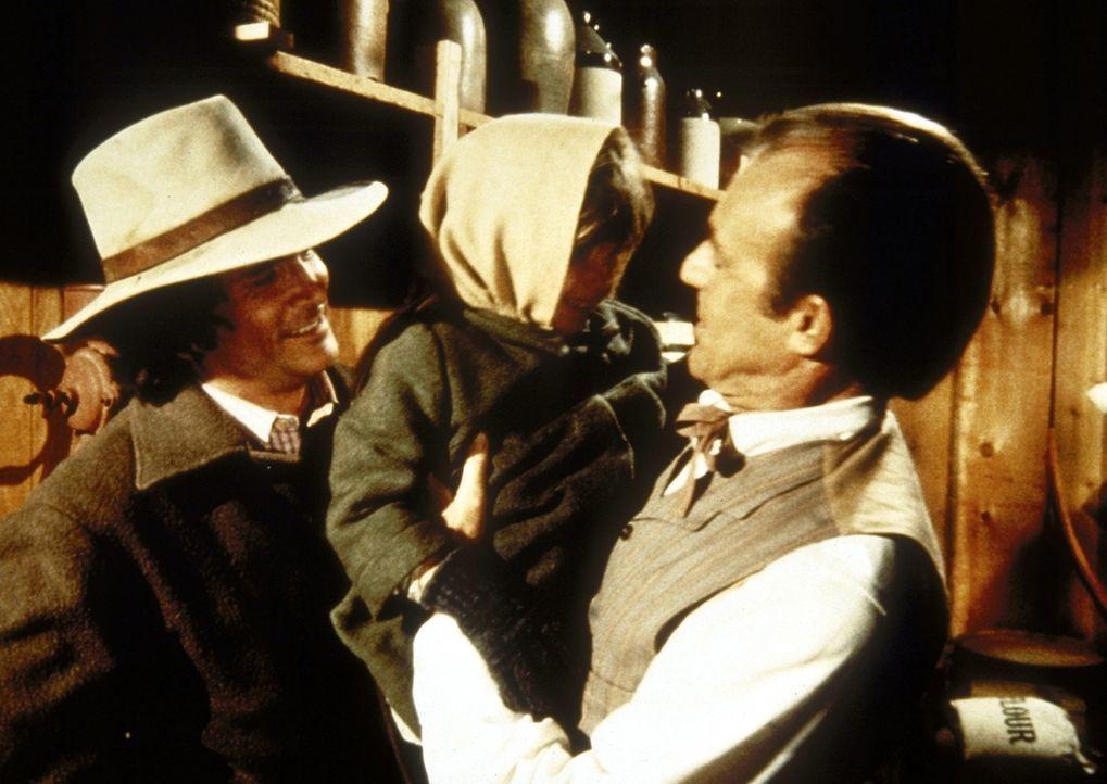 Mr. Oleson (Richard Bull, r.) hat Streit mit seiner Frau. Charles (Michael Landon, l.) besucht ihn mit Carrie (Lindsay Sidney Greenbush). - Bildquelle: Worldvision