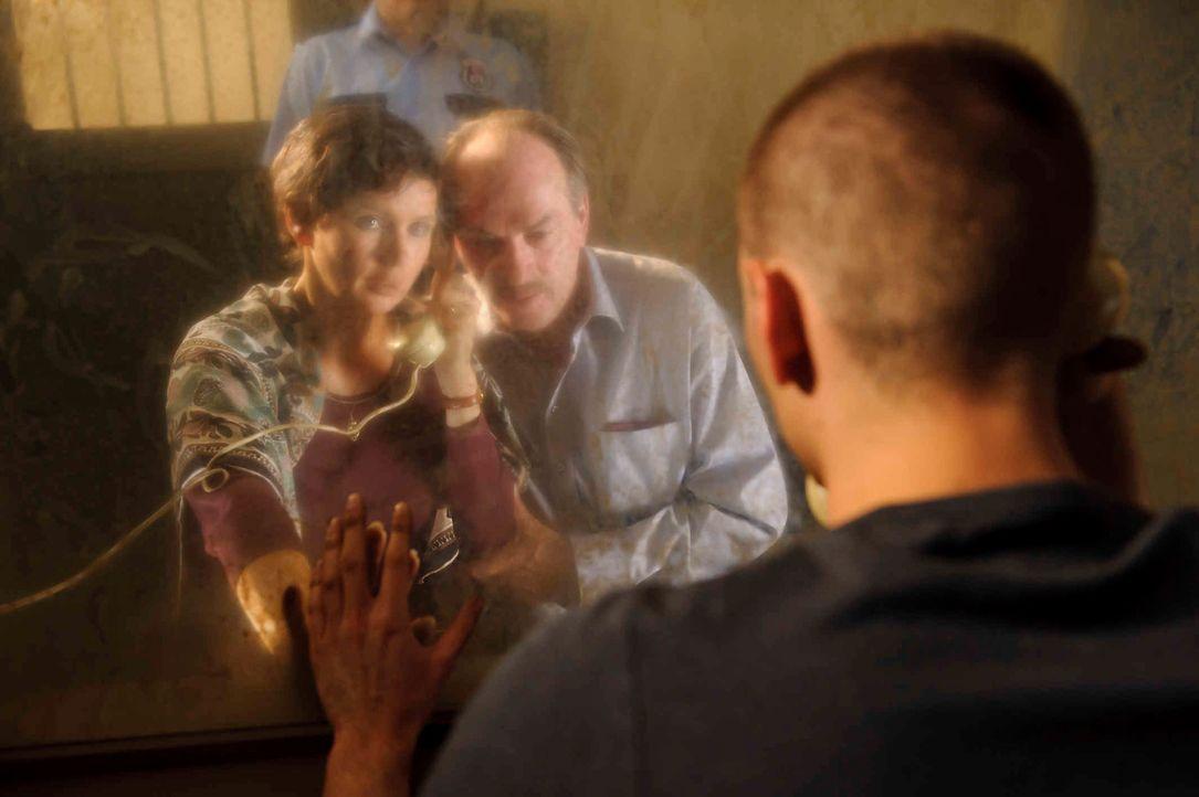 Durch eine Glasscheibe getrennt, dürfen Martina (Veronica Ferres, l.) und Ralf W. (Herbert Knaup, M.) mit ihrem Sohn regelmäßig reden. Doch nach zeh... - Bildquelle: Willi Weber SAT.1