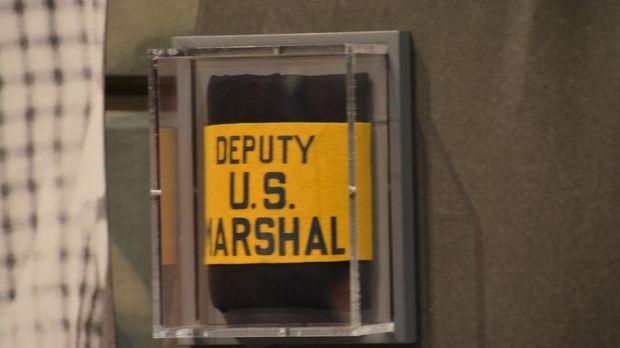 Don Wildman untersucht ein Armband eines U.S. Deputy Marshal, das einem Mädch...
