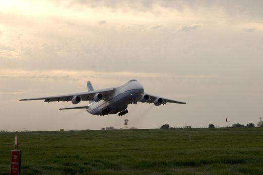 """Die """"Antonow 124"""" - das größte Transportflugzeug der Welt, so hoch..."""