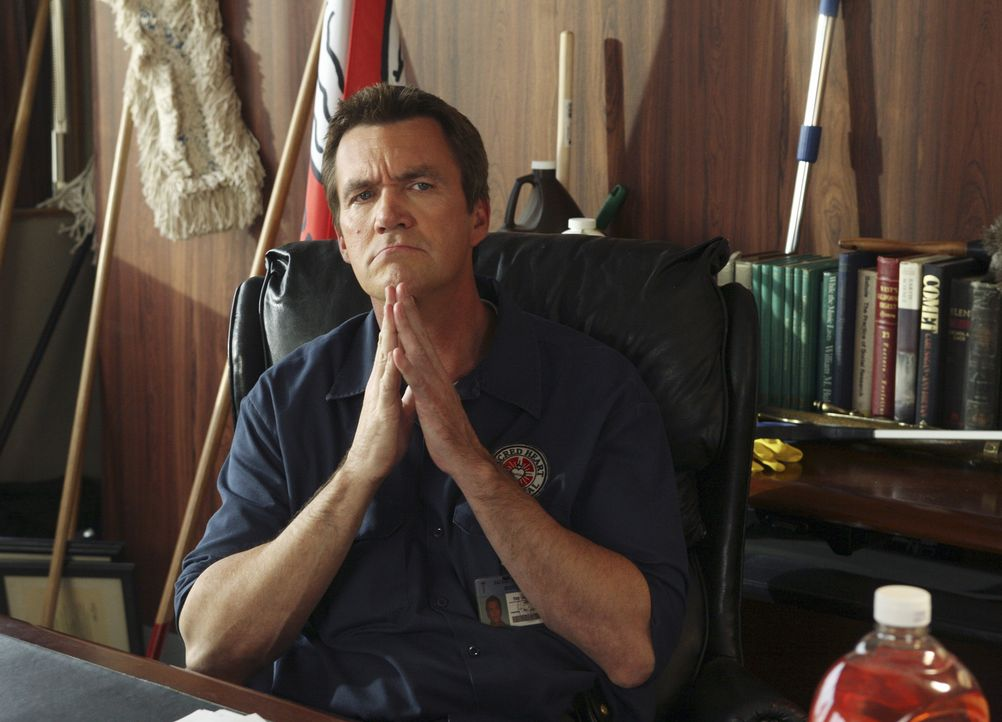 """Während seiner Abwesenheit besetzt der Hausmeister (Neil Flynn) Kelsos Büro und gründet auch noch den """"Brain Trust""""-Club ... - Bildquelle: Touchstone Television"""